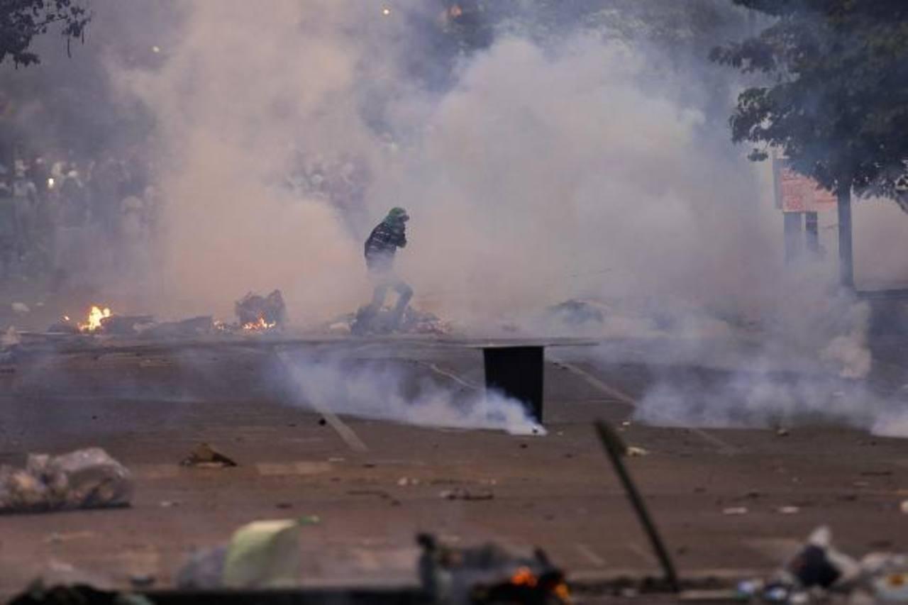 Los enfrentamientos durante las manifestaciones en Venezuela han dejado 25 muertos y más de 300 heridos. Foto/ Reuters