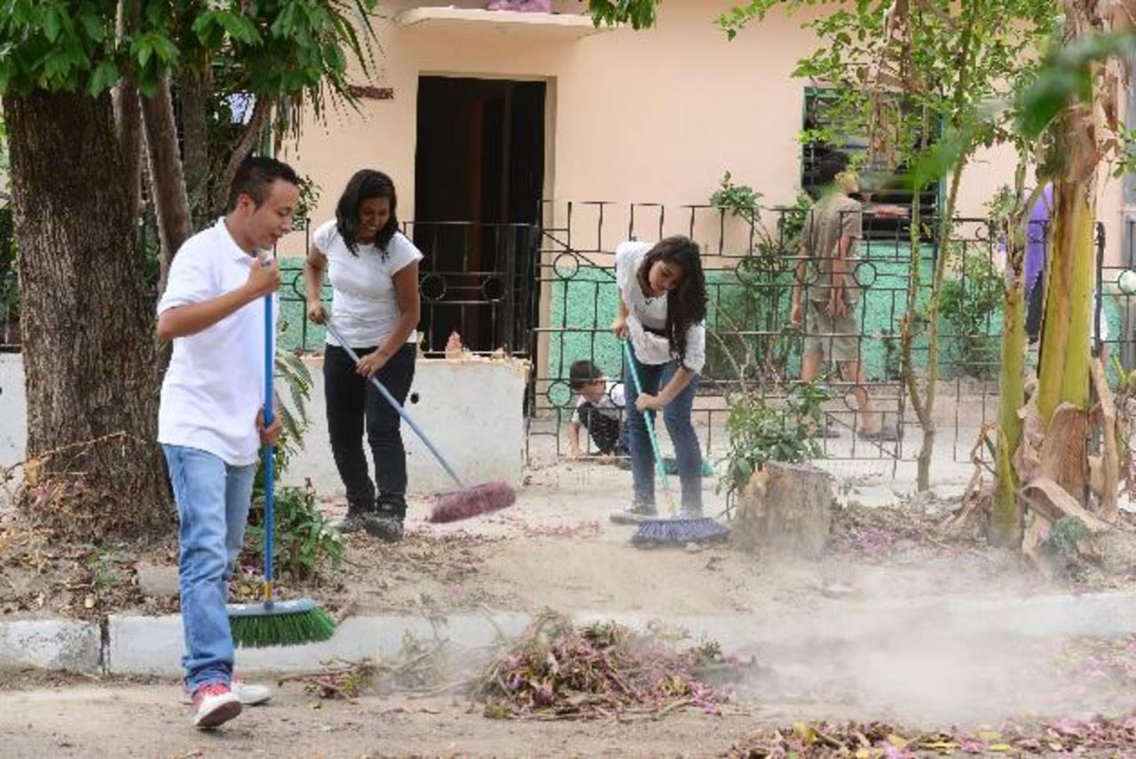 Los jóvenes limpiaron calles y aceras a fin de mejorar el ornato. Foto EDH / Jorge reyes