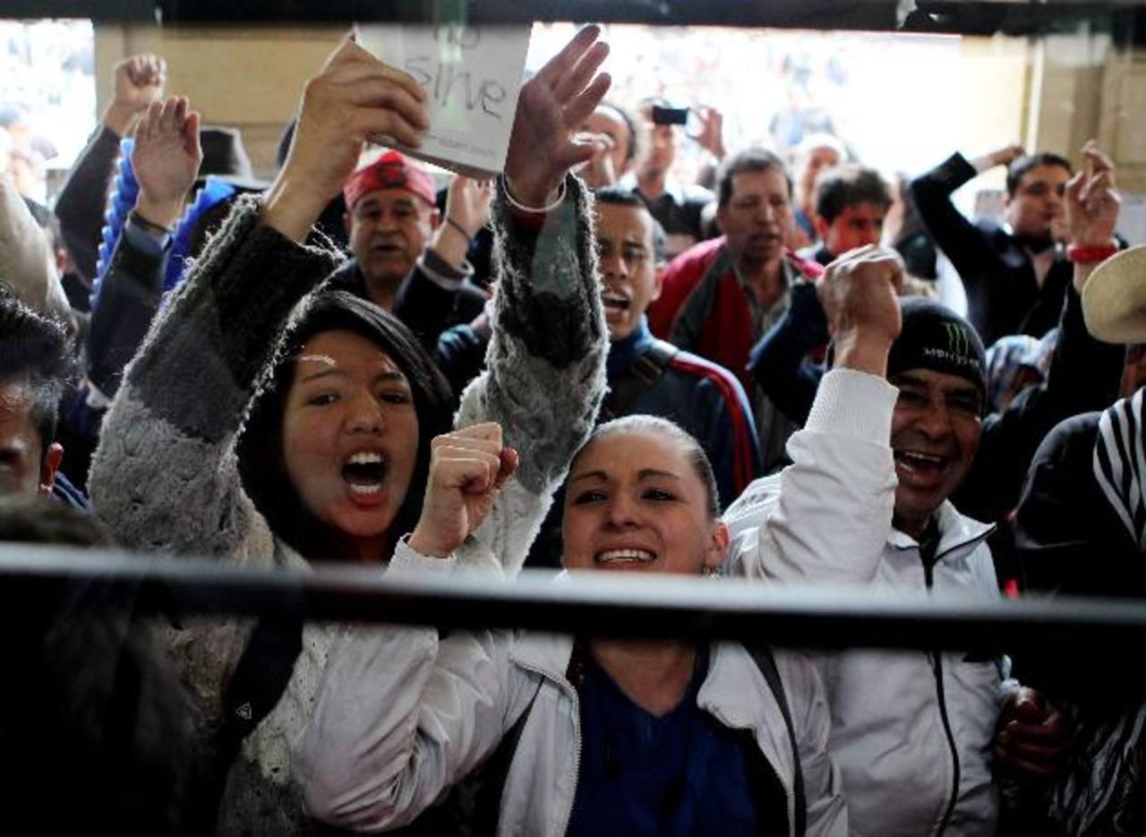 Seguidores del destituido alcalde de Bogotá, Gustavo Petro, gritaban consignas ayer durante la llegada del nuevo alcalde encargado, Rafael Pardo a la sede de la alcaldía. foto edh / efe