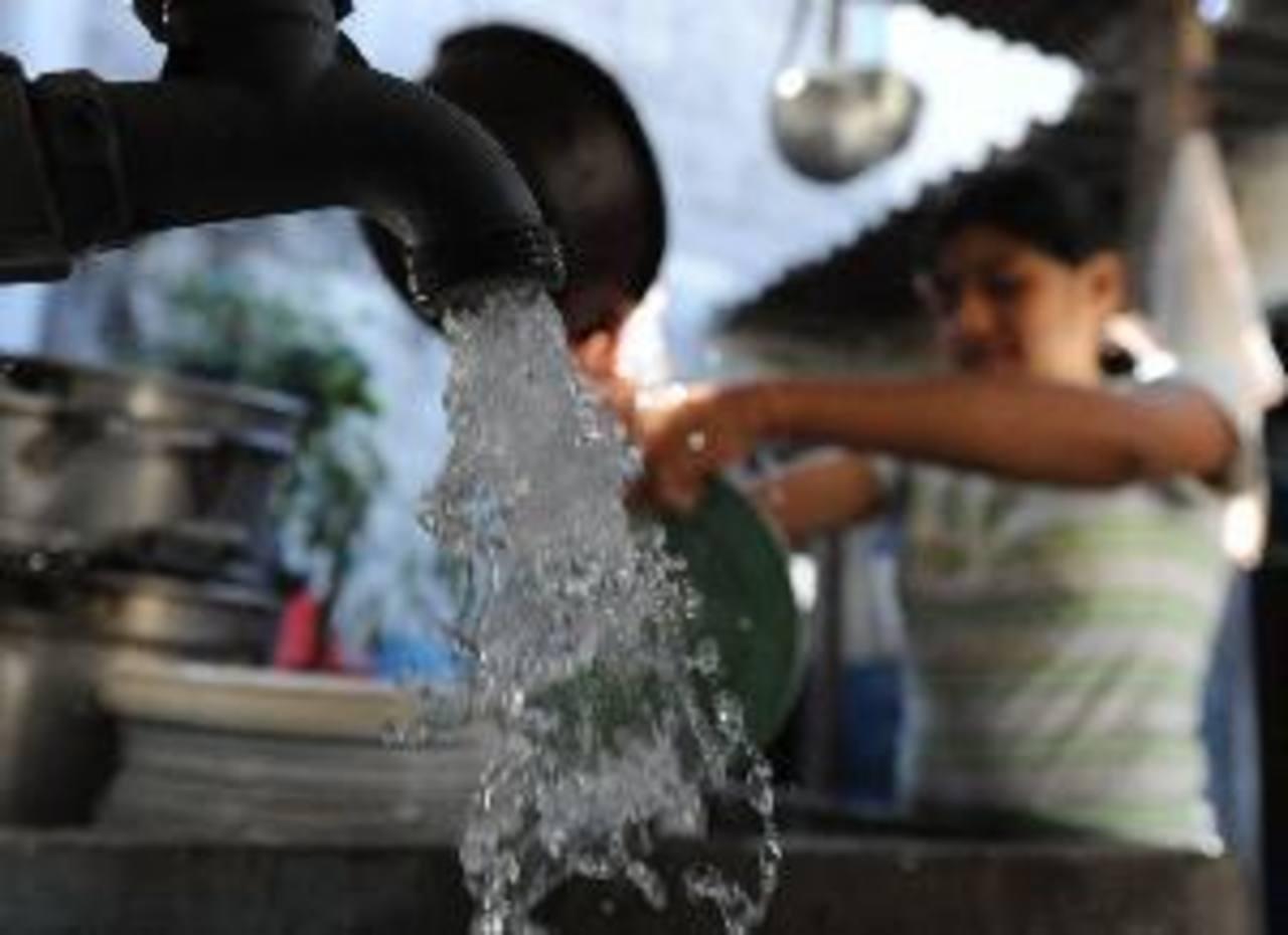Comunidad sufre por racionamiento de agua