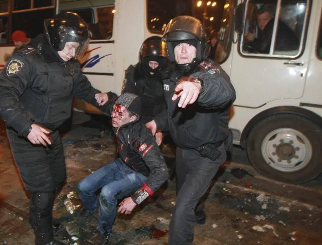 Policías ucranianos asisten a un manifestante que resultó herido tras un ataque de protestantes prorrusos, durante la celebración de un mitin en el centro de Donetsk, Ucrania. foto edh / efe