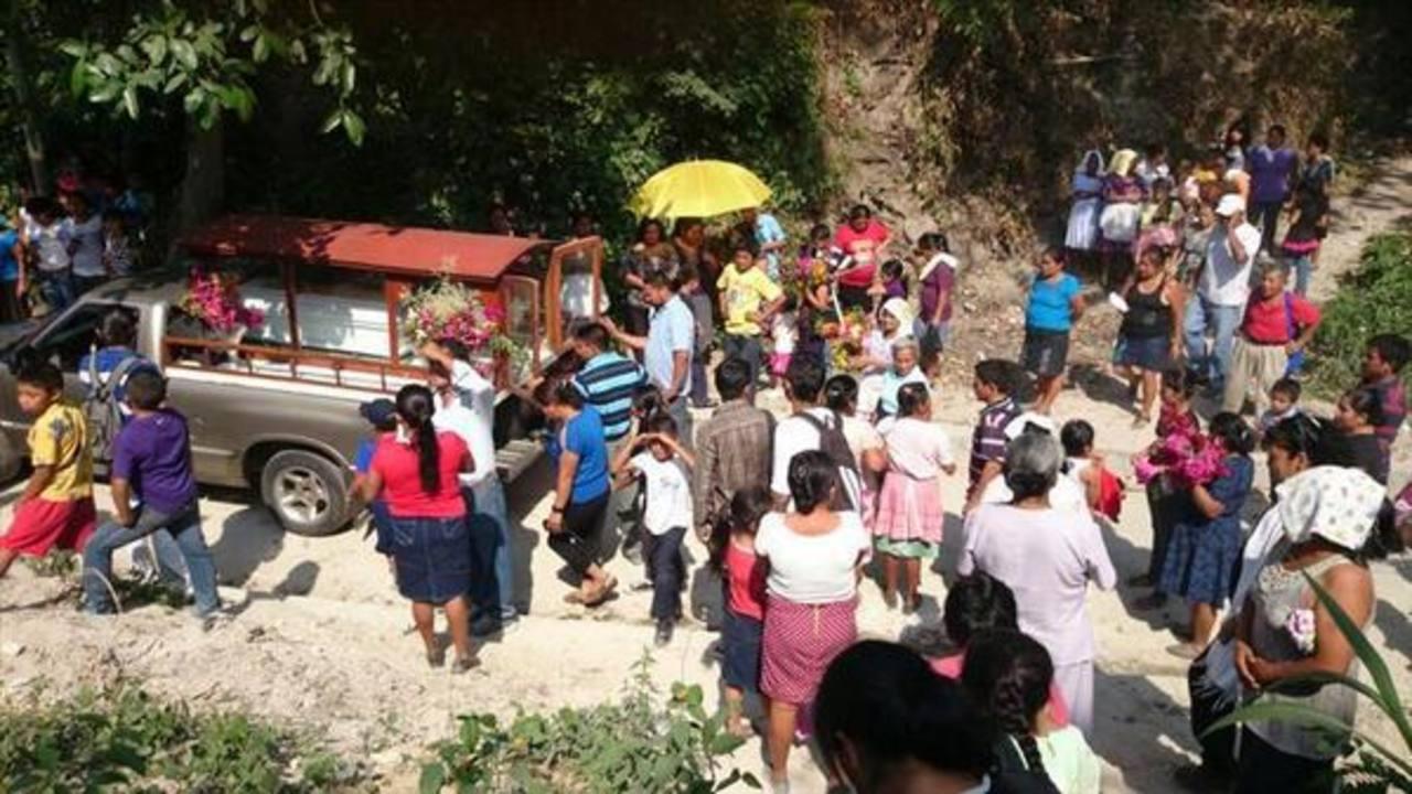 El pequeño cuerpo fue acompañado por cientos en Panchimalco. FOTO EDH JOrge Beltrán.