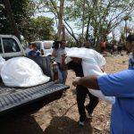Personal de Medicina Legal traslada los cadáveres a la morgue para realizar las respectivas autopsias. Todos los cuerpos tenían lesiones con arma de fuego. Foto EDH / Douglas Urquilla