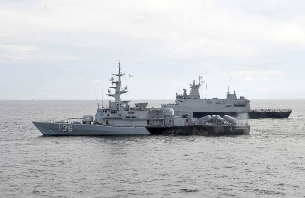La Marina de Malasia durante las labores de búsqueda del avión desaparecido de Malaysian Airlines. foto edh / efe