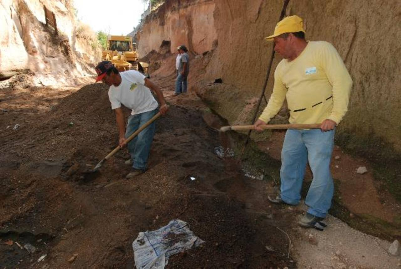 Personas que residen cerca de la vía esperan que los trabajos sean de calidad y no como los anteriores. Foto EDH /CRISTIAN DÍAZ