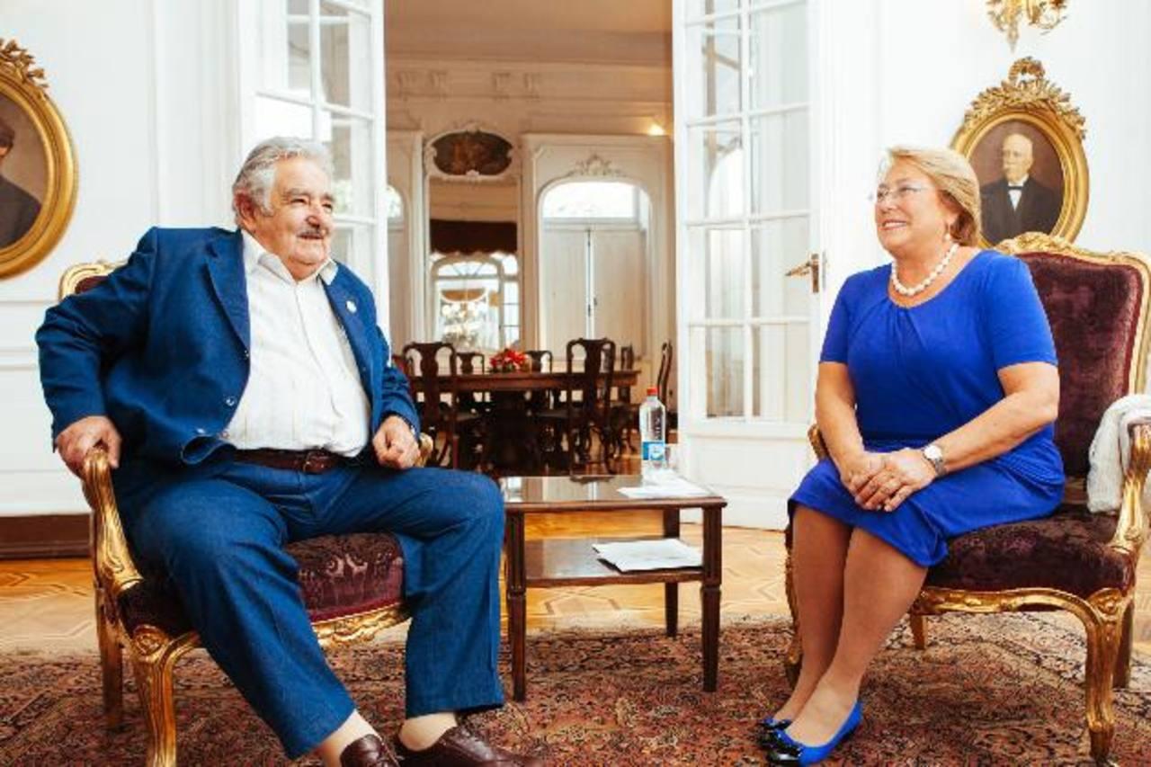 Encuentro entre el gobernante uruguayo, José Mujica (i), y la presidenta electa de Chile, Michelle Bachelet (d). foto edh / efe