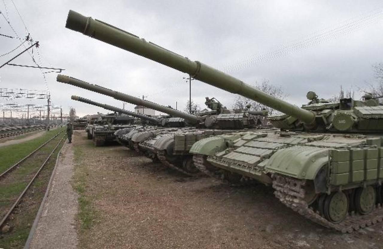 Tanques ucranianos se estacionan ayer en el pueblo Gvardeyskoe en Crimea. foto edh / EFE