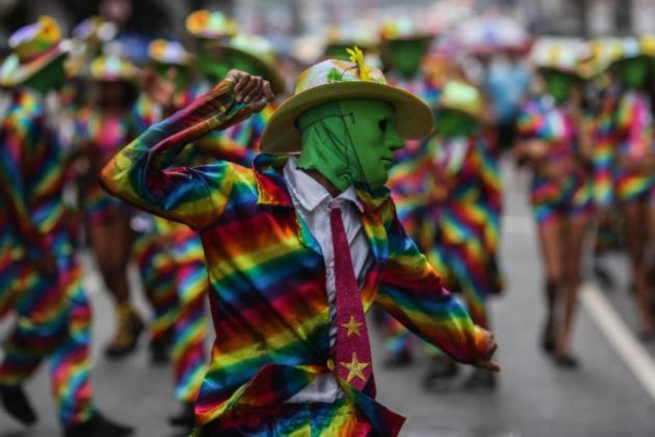 Multitudes en las fiestas callejeras del Carnaval de Río en Brasil