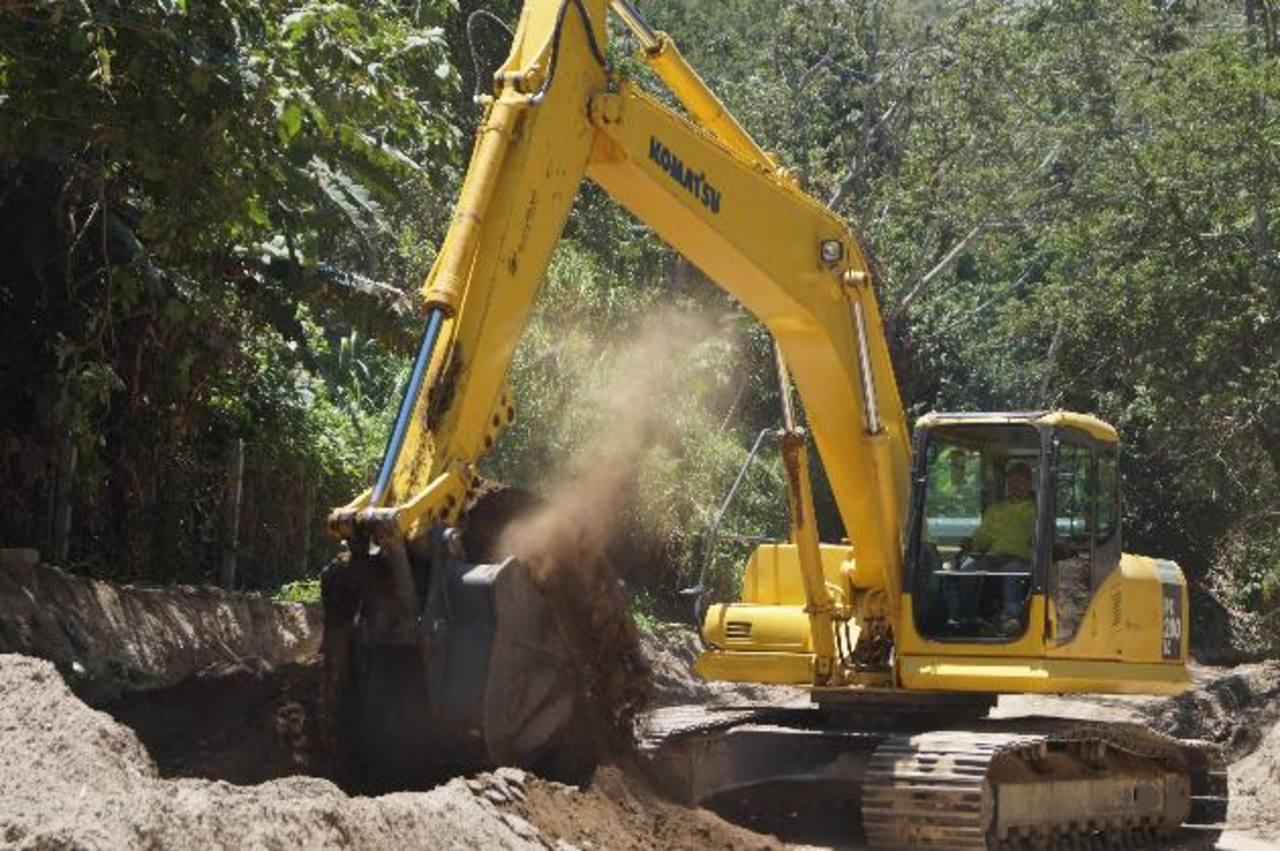 La comuna prevé que las labores duren seis meses. foto edh / CORTESÍA ALCALDÍA DE SOYAPANGOAutoridades municipales realizaron ayer una inspección de los trabajos en el terreno del cementerio.