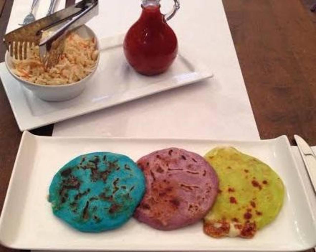Las pupusas encabeza un menú variado; ofrecen tanto las tradicionales de maíz y arroz