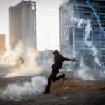 Manifestantes opositores fueron dispersados con gases lacrimógenos por la policía venezolana en Caracas. foto edh / efe