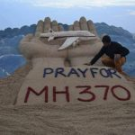El artista indio Sudarshan Pattnaik elaboró una escultura en la Arena en la que pide orar por el vuelo MH370 que ha desaparecido. Foto/ Reuters