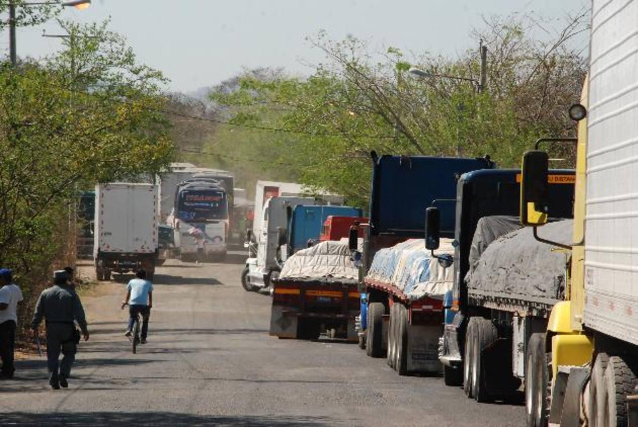 Decenas de camiones con mercadería tienen que esperar por horas y hasta días para pasar por las aduanas del país. Foto EDH / archivo