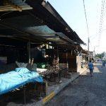 Los pequeños negocios situados en los alrededores del mercado cerraron ayer antes de las 3:00 de la tarde. Otros locales no fueron abiertos durante todo el día. Foto EDH / Jaime Anaya