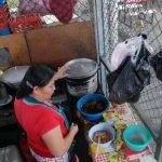 Los comerciantes que venden comida en el mercado de frutas aseguran que el nuevo cobro por el servicio de agua es una nueva tasa que no pagarán. Foto EDH / Lucinda Quintanilla