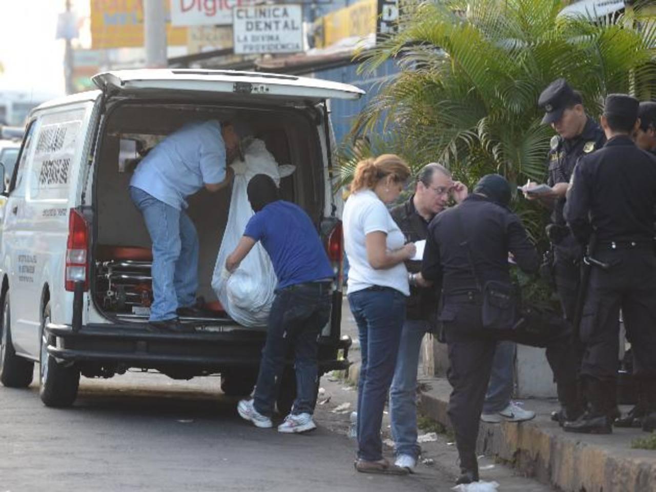Una mujer fue hallada muerta cerca de la alcaldía de Ciudad Delgado. Tenía heridas con arma blanca. Foto EDH / Douglas Urquilla.