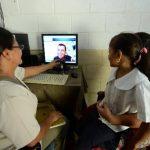 """Con la modalidad de """"teleconsulta"""", la distancia no es obstáculo para que los habitantes puedan tener la consulta médica, ayudados por una computadora y una web cam. Foto EDH/ Marlon Hernández"""