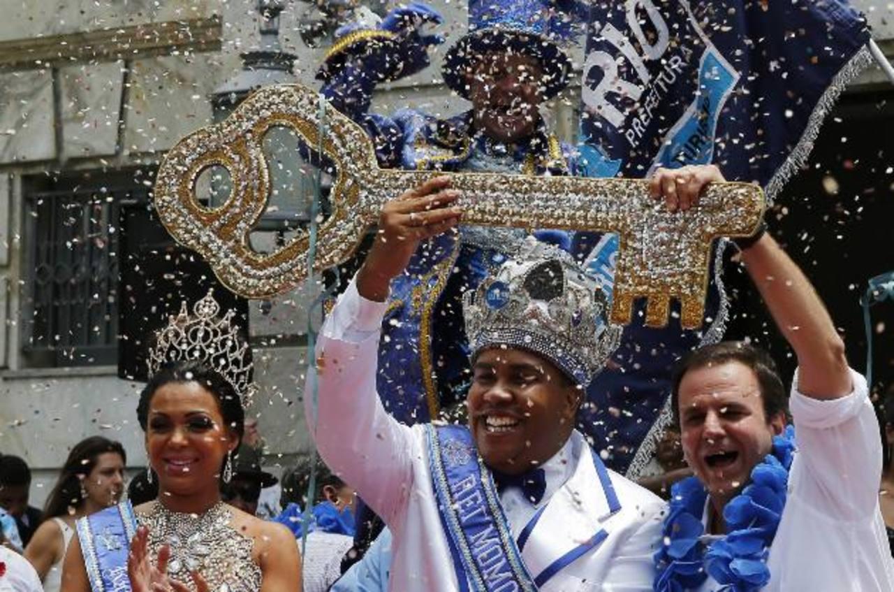 El Rey Momo 2014 del Carnaval de Río de Janeiro, la reina Leticia Martins Guimaraes y el alcalde Eduardo Paes, con la llave de la ciudad en la ceremonia inaugural. FOTO EDH