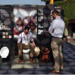 Un exhibidor de la británica Universidad de Loughborough muestra el uso de un inodoro en una feria especializada en Nueva Delhi, India. Foto/ AP