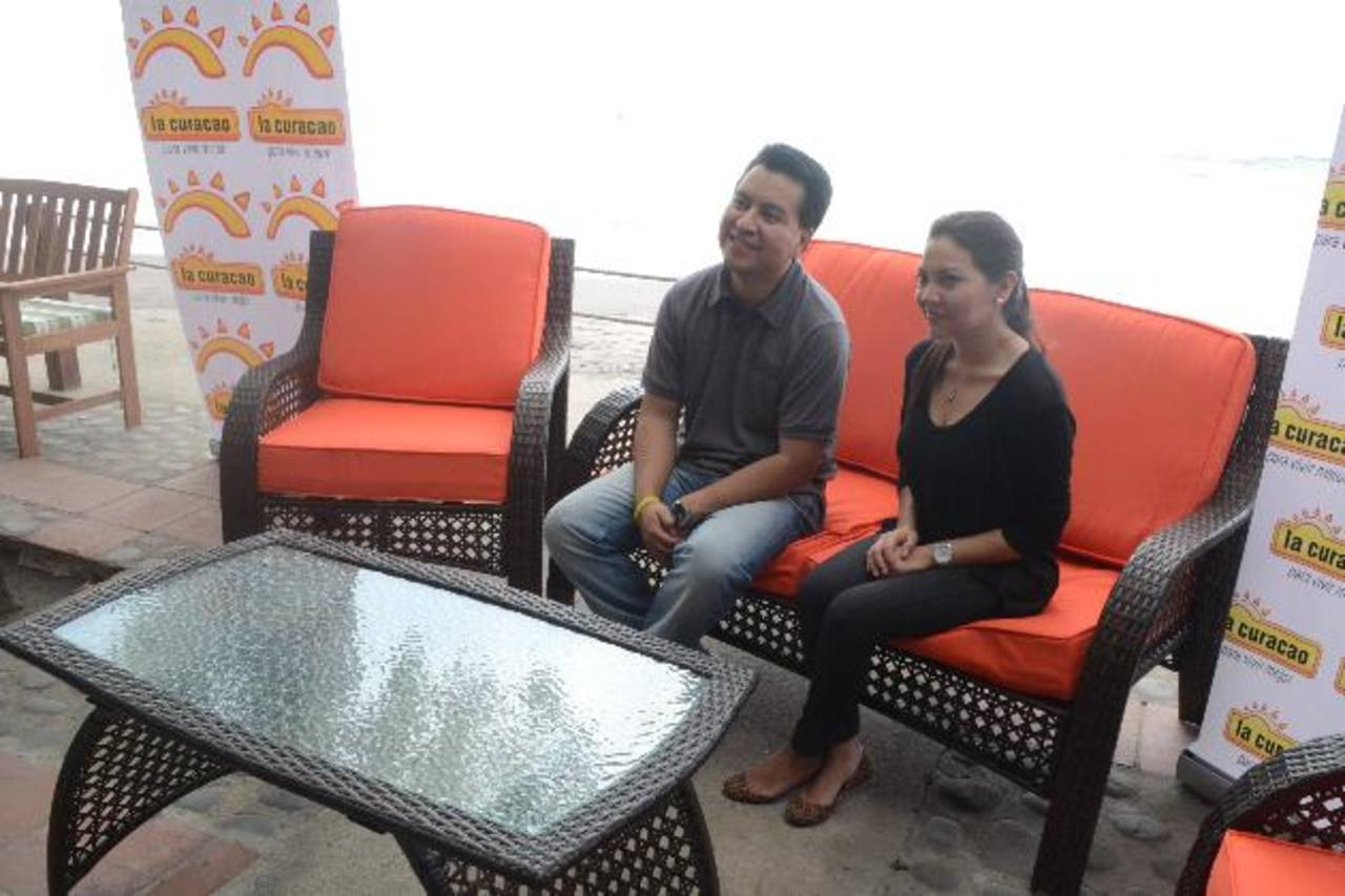 Representantes de la empresa sentados sobre uno de los muebles de la colección veranera de La Curacao.