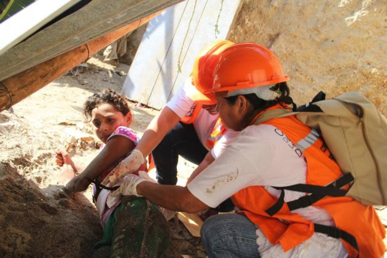 Los pobladores reciben instrucciones de primeros auxilios durante los simulacros. Foto EDH / Cortesía