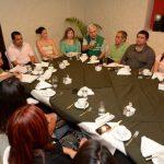 Rodolfo Parker, secretario general del PDC, conversa con los secretarios municipales de La Libertad. Foto EDH / Jorge reyes