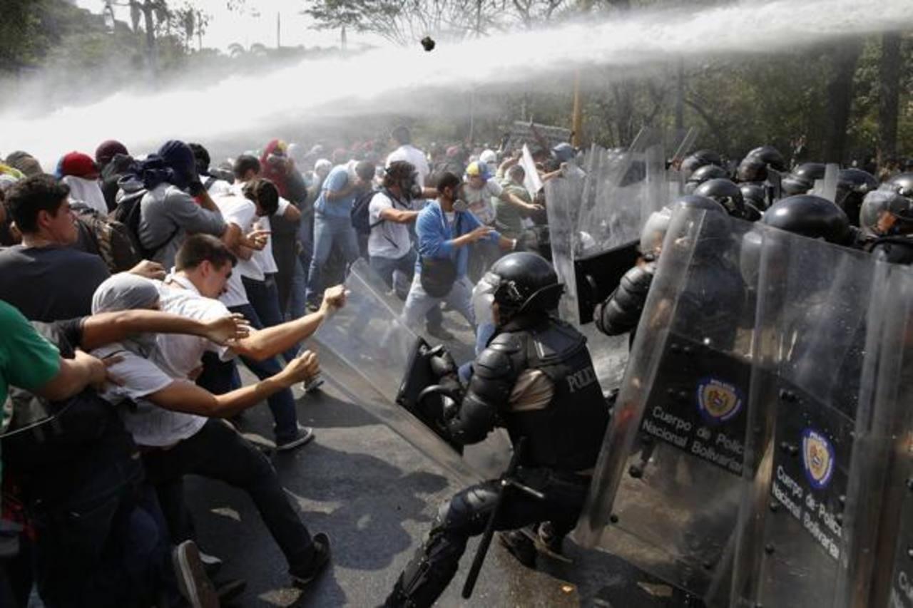 Jóvenes manifestantes de oposición contra la Guardia Nacional Bolivariana en Venezuela. Foto Reuters