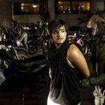 Un policía chavista detiene a un manifestante tras una protesta en Caracas. Foto EDH / Reuters