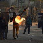Manifestantes chocan con las fuerzas de seguridad en Caracas. Foto AFP