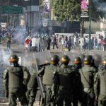 Manifestantes se enfrentan a militares en una de las marchas.