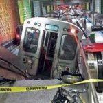 Un vagón del metro de Chicago aparece cerca de las escaleras eléctricas de la estación O'Hare tras el descarrilamiento ocurrido la madrugada del lunes 24 de marzo de 2014. Foto/ AP