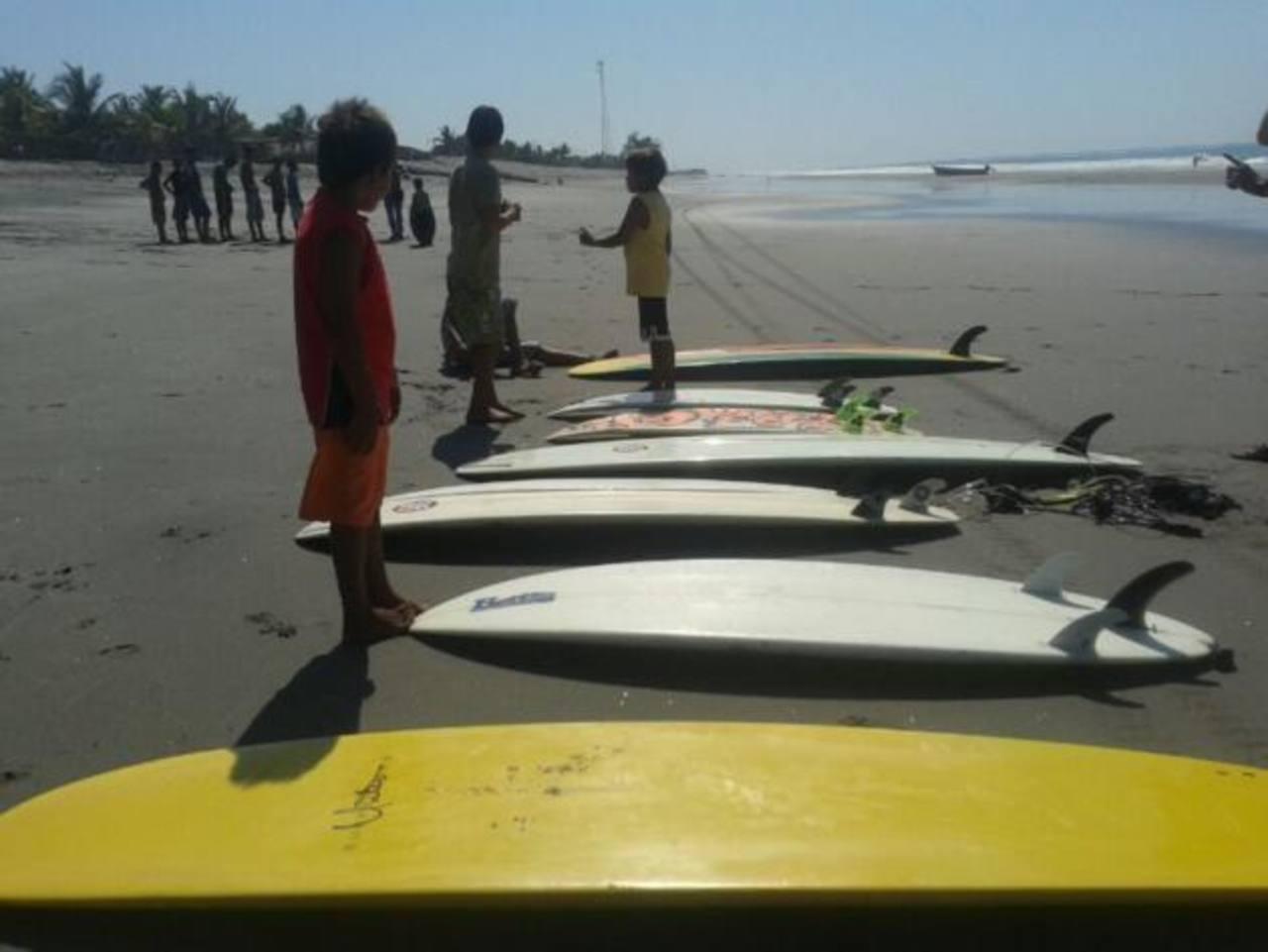 De momento 24 niños de El Pimental y zonas aledañas se han inscrito en la escuela de Surf. Foto vía Twitter Georgina Vividor