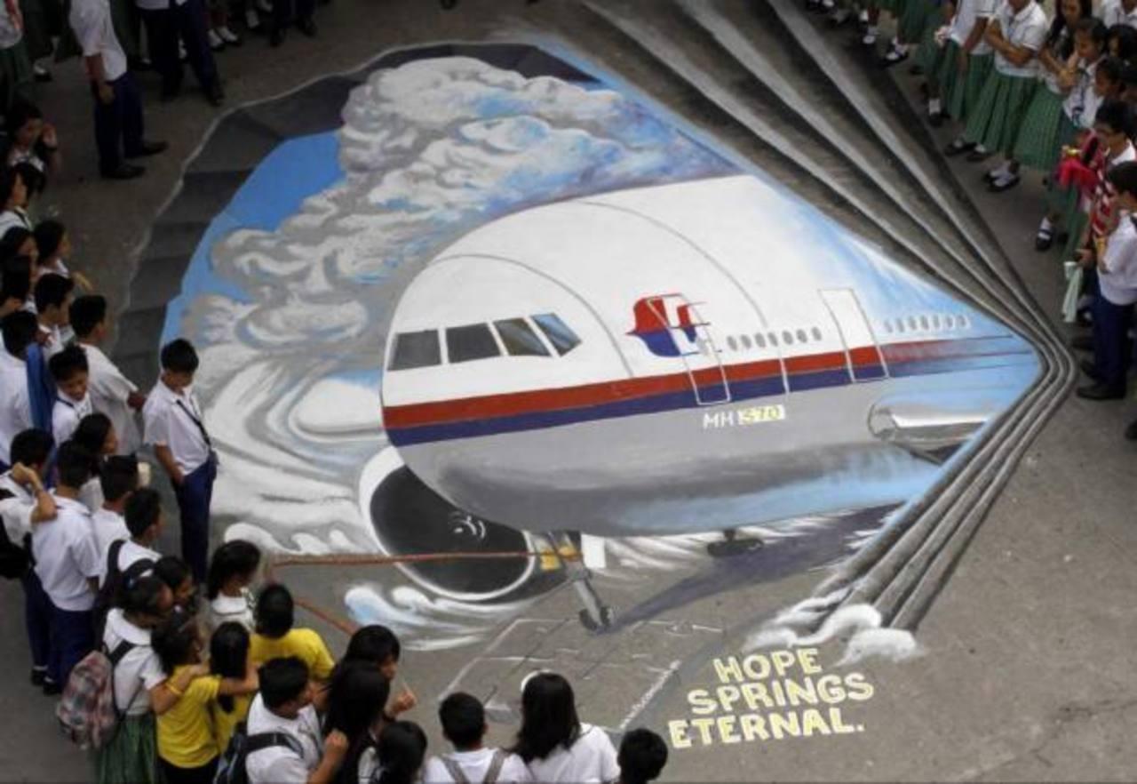 El grupo artístico Guhit Visual Arts muestra una imagen del avión desaparecido.