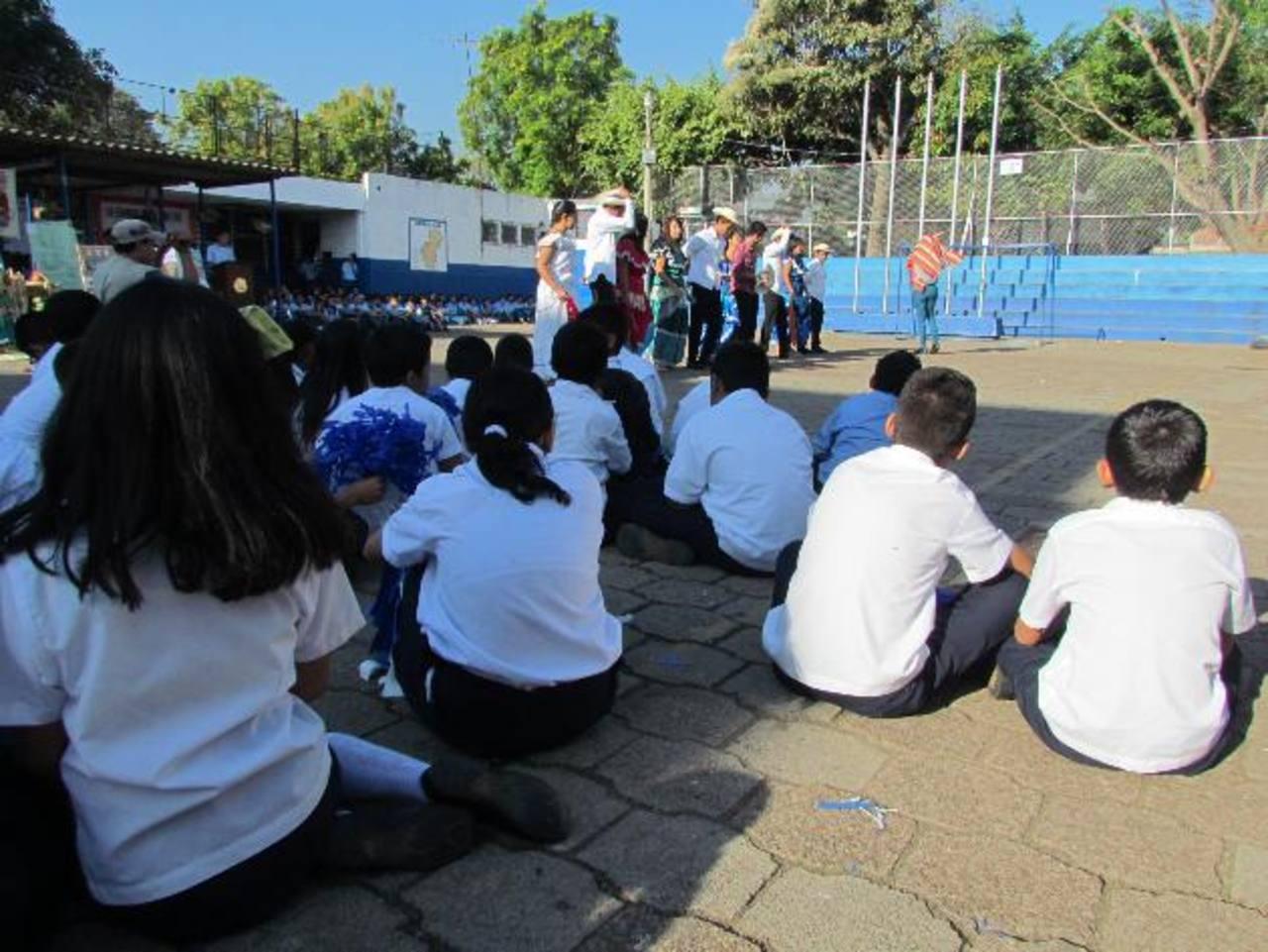 La comunidad educativa pide que les ayuden a techar una parte de la cancha de baloncesto. Foto EDH / Mauricio Guevara