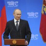 El presidente ruso, Vladimir Putin, durante la firma del decreto. Foto Reuters