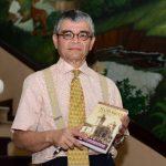 """El antropólogo Ramón Rivas muestra su libro """"Ilobasco de los Recuerdos"""". Foto EDH/ Jorge Reyes"""