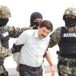 """Militares mexicanos conducen al máximo dirigente del cártel de Sinaloa, Joaquín """"El Chapo"""" Guzmán, quien fue detenido la madrugada del 22 de febrero en el puerto turístico de Mazatlán (México); fue trasladado a una cárcel mexicana. Foto EDH / archivo"""