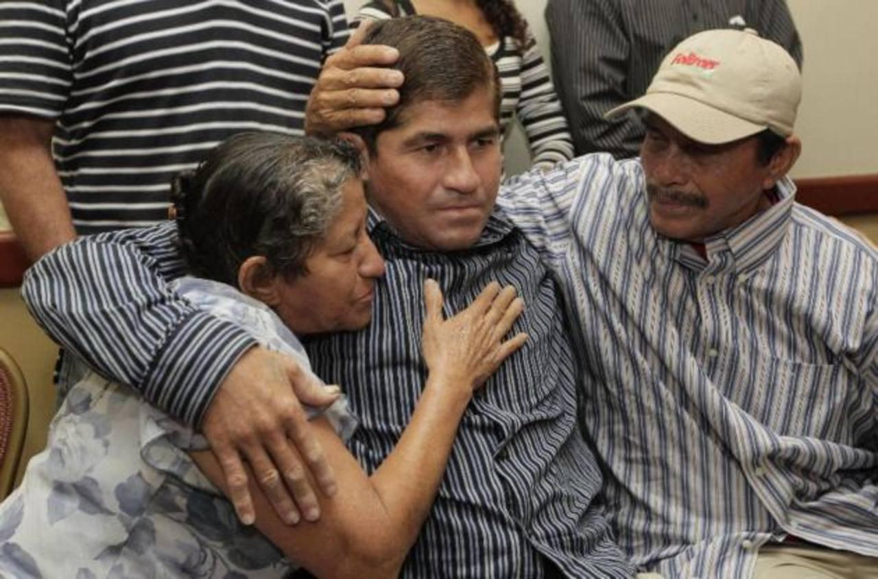 José Salvador Alvarenga, el náufrago salvadoreño, junto a su familia. Foto/ Archivo