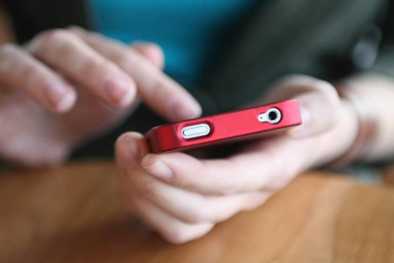 Más del 25 por ciento de los adolescentes presenta síntomas de dependencia de estos dispositivos. Foto EDH
