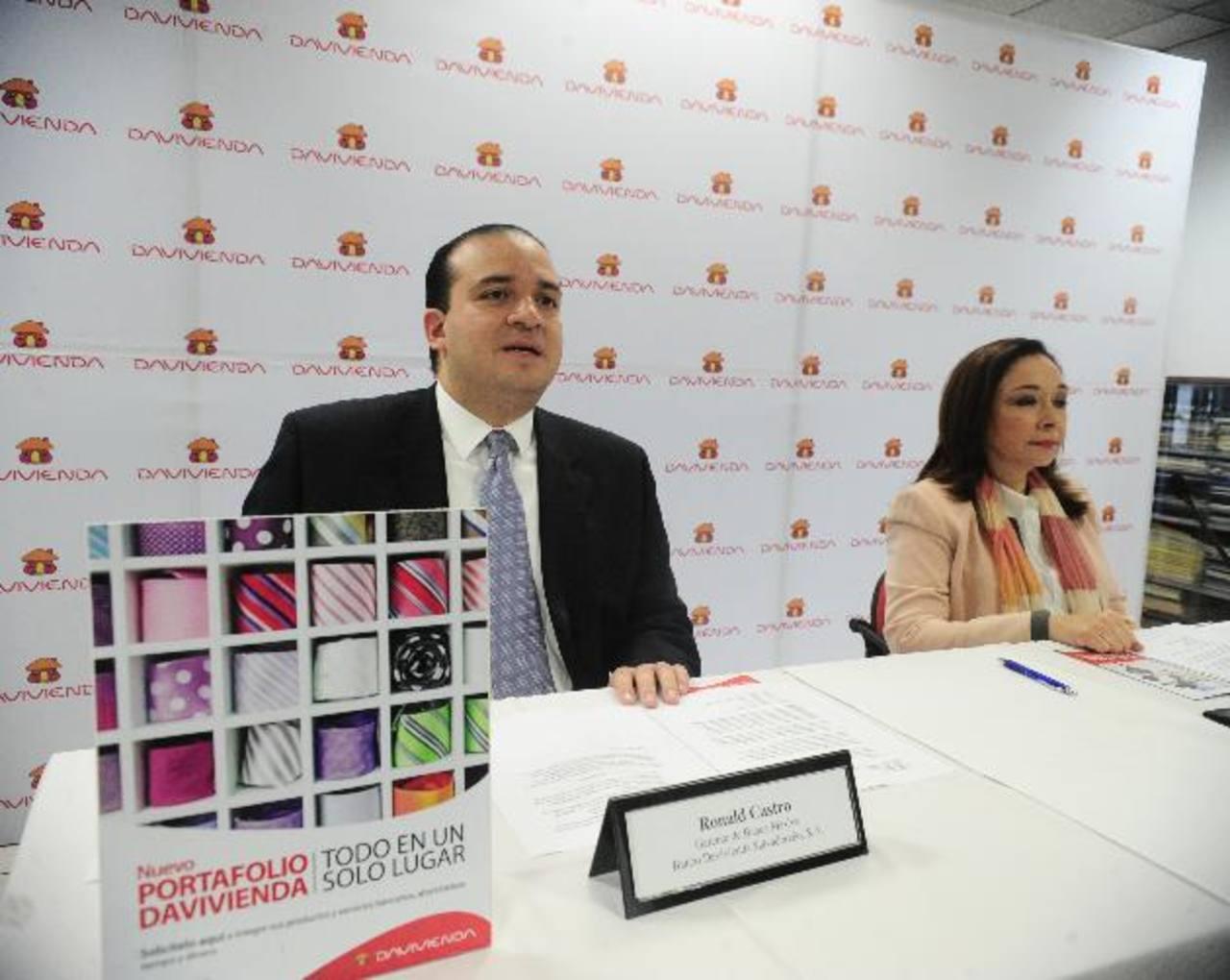 Representantes del banco dieron a conocer los beneficios del portafolio. Foto EDH/René quintanilla