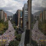 Miles de venezolanos salieron hoy a las calles a protestar contra el gobierno de Maduro. FOTO EDH Reuters.