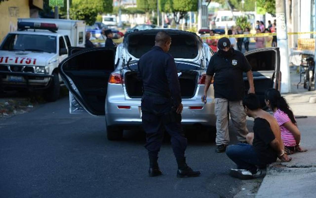Dos de los tres detenidos, quienes al parecer habían robado un vehículo en Los Planes de Renderos. Foto EDH / JAIME ANAYA