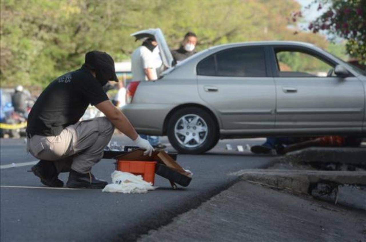 Autoridades inspeccionan escena del homicidio.