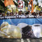 Los manifestantes contra el gobierno de Maduro llevaban pancartas en las que denuncian una larga lista de productos básicos que no encuentran en los supermercados del país. Foto EDH / REUTERS