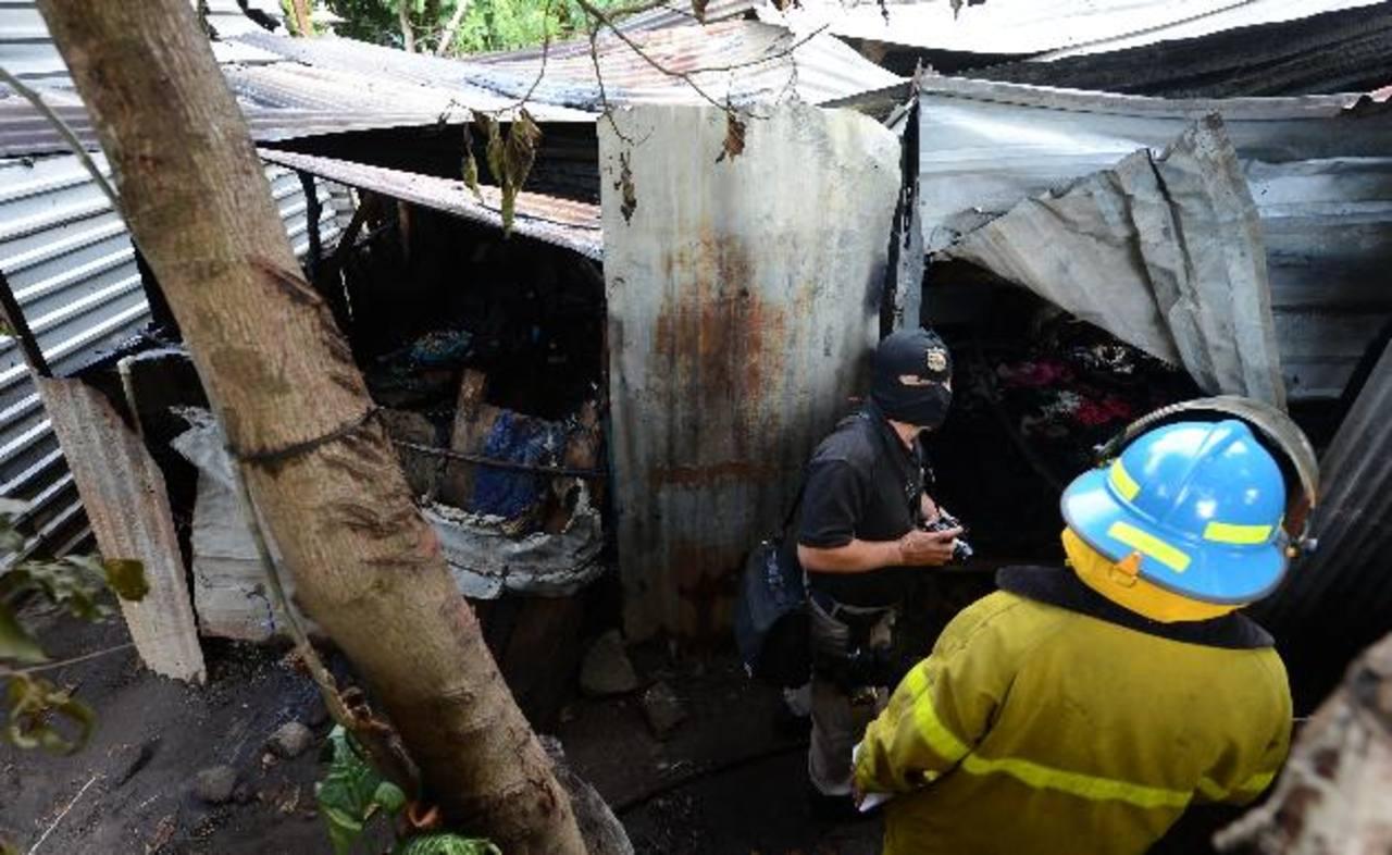 El cadáver de Juana Villanueva Díaz fue localizado en su cama, los vecinos aseguran que escucharon que gritaba pidiendo auxilio pero no lograron evacuarla. Foto EDH / Jaime Anaya.