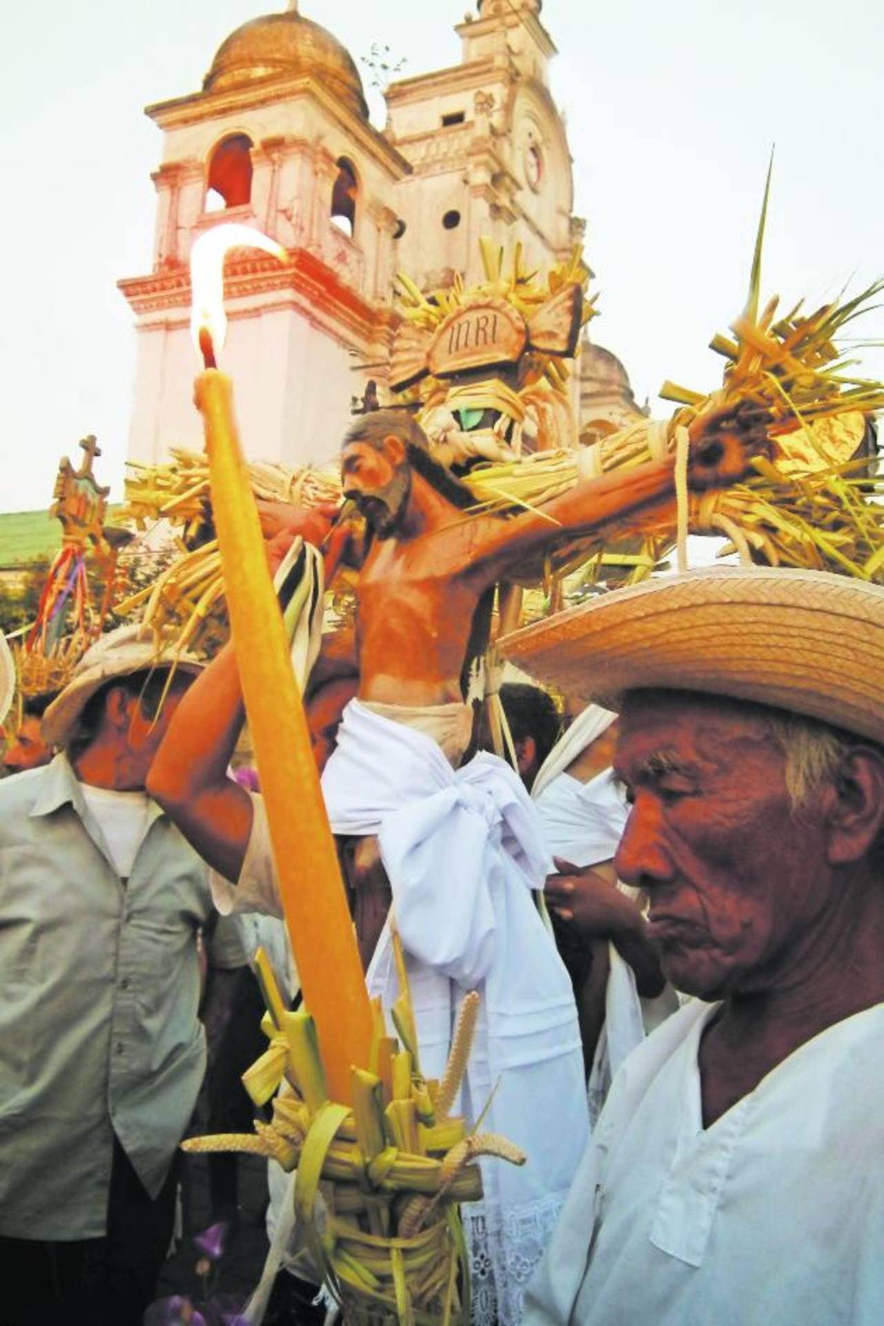 Una de las procesiones más emblemáticas de Izalco, durante la Semana Santa es la Procesión de los Cristos. Foto EDH / Cortesía
