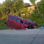 Este vehículo volcó en la carretera de Oro, cerca de Altavista, Ilopango.
