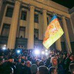 Seguidores de partidos de derecha durante protesta ayer en Kiev. Foto EDH / EFE