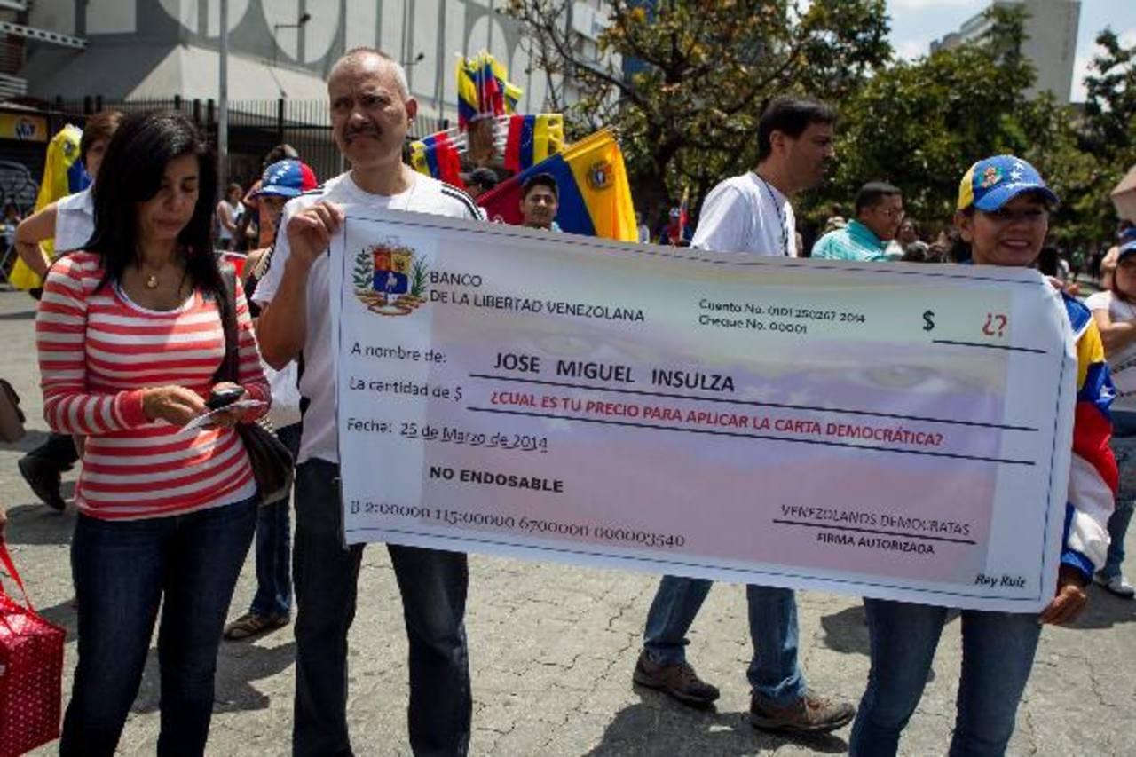 Opositores al régimen de Nicolás Maduro se concentran, ayer, en la Plaza Brión de Chacaito en Caracas. foto EDH / EFE
