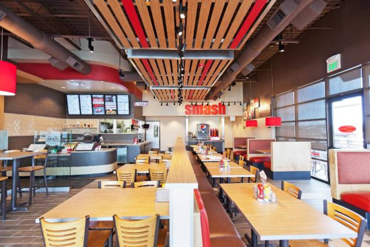 Vista interior de un restaurante de Smashburger en San José, Costa Rica. Los que abrirán en El Salvador tendrán una presentación similar, según la empresa.